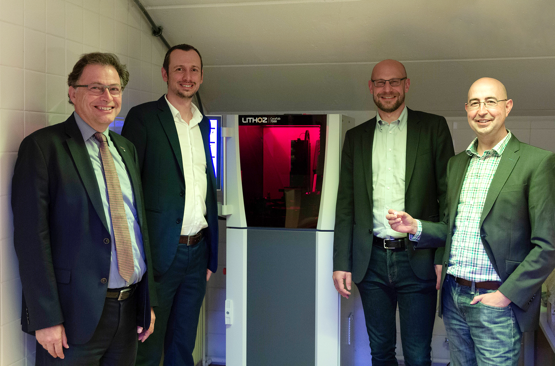 Group photo of the handover of the 3D printer in the Peter Tunner building with, from the left, Rector Wilfried Eichlseder, Assoz.Prof. Dr. Thomas Grießer, Lithoz-CEO Dr. Johannes Homa, Univ.-Prof. Dr. Raul Bermejo Moratinos.